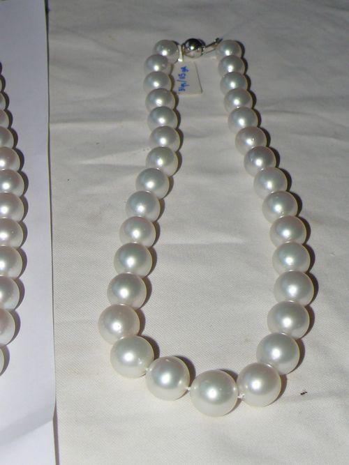 Kalung Mutiara Putih ini adalah sebagai simbol